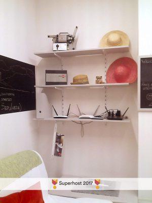STEREO'Glu ApARTment - Living Room - Dettaglio mensole